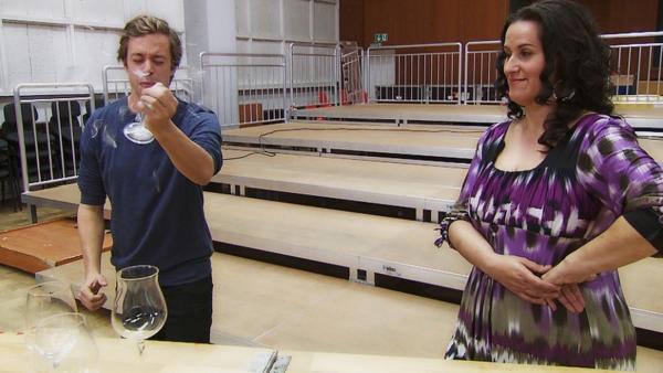 Ein Glas zersingen?! / Checker Tobi mit einem Zuckerglas in der Hand und der Sängerin Lipa Majstrovic | Bild: BR/megaherz gmbh / Hans-Florian Hopfner | Rechte: BR/megaherz gmbh / Hans-Florian Hopfner