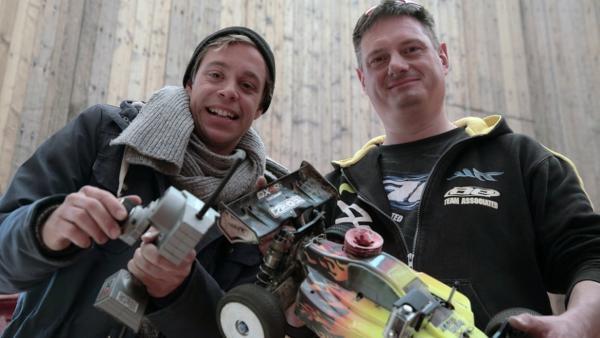 Senkrecht-Autofahren ?! / Checker Tobi (links) mit Modell-Rennfahrer Karsten Böhnke. | Bild: BR/megaherz gmbh/Mathias Hagn | Rechte: BR/megaherz gmbh/Mathias Hagn