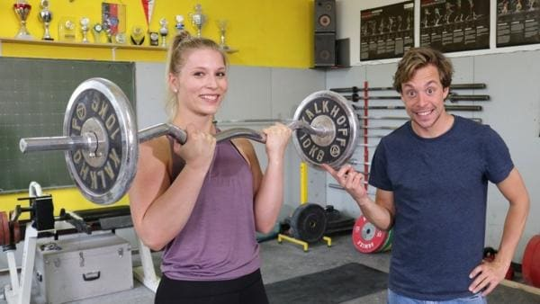 Stärker als Herkules?! / Checker Tobi mit Gewichtheberin Larissa.Sie hebt im Wettkampf über 70 Kilo. | Bild: BR / megaherz GmbH | Rechte: BR / megaherz GmbH