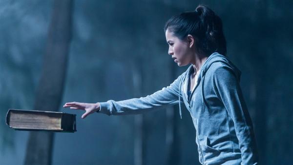 Kyra (Kimie Tsukakoshi) entdeckt beim Joggen ein altes Buch, das in der Luft zu hängen scheint. Als sie das Buch berührt, passiert etwas Seltsames.   Rechte: ZDF/Jonathan M. Shiff Productions/Screen Queensland