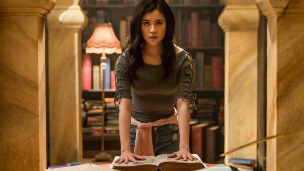 Kyra (Kimie Tsukakoshi) findet das Buch in der Bibliothek, in dem das Schwert von Sir Zoltan mit Hilfe eines Zaubers versteckt wurde.   Rechte: ZDF/Jonathan M. Shiff Productions/Screen Queensland