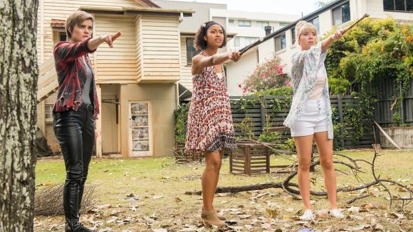 Imogen (Elizabeth Cullen, li.), Ruksy (Rainbow Wedell, Mi.) und Lily (Mia Milnes, re.) versuchen mit Hilfe ihrer magischen Kräfte das Portal wieder aufzubauen, durch das Kyra und Darra verschwunden sind. | Rechte: ZDF/Jonathan M. Shiff Productions/Screen Queensland