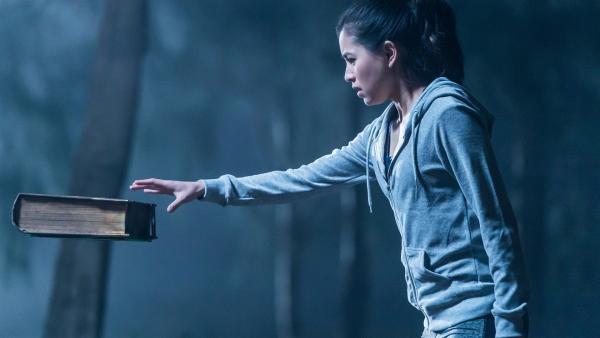 Kyra (Kimie Tsukakoshi) entdeckt beim Joggen ein altes Buch, das in der Luft zu hängen scheint. Als sie das Buch berührt, passiert etwas Seltsames. | Rechte: ZDF/Jonathan M. Shiff Productions/Screen Queensland