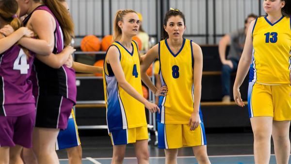Mathilda (Arnijka Larcombe-Weate, li.) und Kyra (Kimie Tsukakoshi, re.) sind enttäuscht. Sie haben wieder einmal ein Handballspiel verloren. | Rechte: ZDF/Jonathan M. Shiff Productions/Screen Queensland