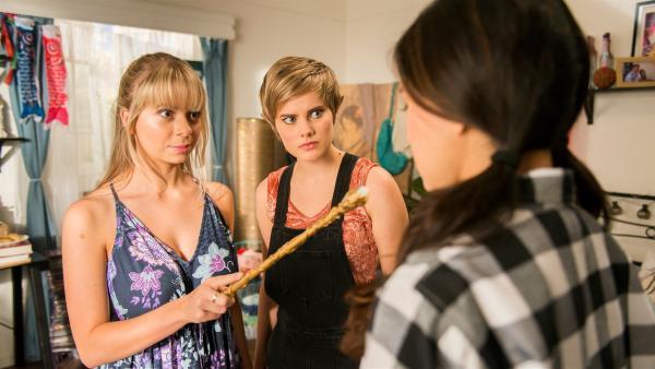 Fee Lily (Mia Milnes, li.) und Elfe Imogen (Elizabeth Cullen, Mi.) versuchen Kyra (Kimie Tsukakoshi, re.) wieder in ein normales Mädchen zurück zu verwandeln. | Rechte: ZDF/Jonathan M. Shiff Productions/Screen Queensland