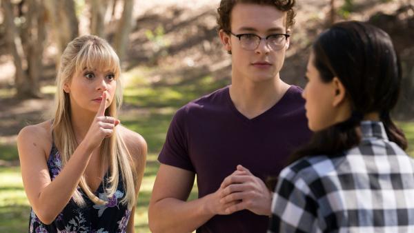 Lily (Mia Milnes links) möchte nicht, dass Kyra (Kimie Tsukakoshi rechts) Peter (Jamie Carter Mitte) von der unsichtbaren magischen Welt erzählt. | Rechte: ZDF/Jonathan M. Shiff Productions/Screen Queensland