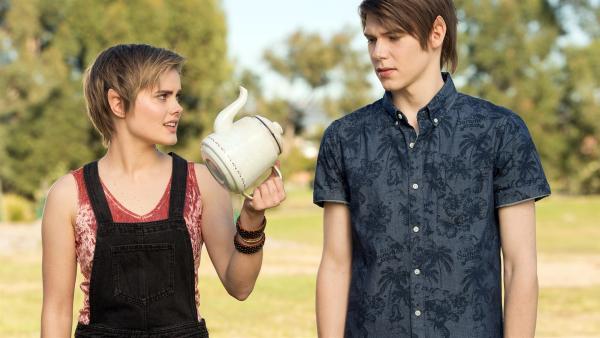 Imogen (Elizabeth Cullen links) zeigt ihrem Bruder Darra (Julian Cullen rechts) eine Teekanne. Damit will sie einen magischen Stuhl einfangen, der unkontrolliert durch den Park fliegt. Darra ist misstrauisch, ob das klappen wird. | Rechte: ZDF/Jonathan M. Shiff Productions/Screen Queensland