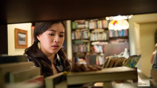 Kyra  (Kimie Tsukakoshi) steht im Buchladen von Maxwell. Noch ahnt sie nicht, dass sich dahinter eine magische Bibliothek verbirgt. | Rechte: ZDF/Jonathan M. Shiff Productions/Screen Queensland