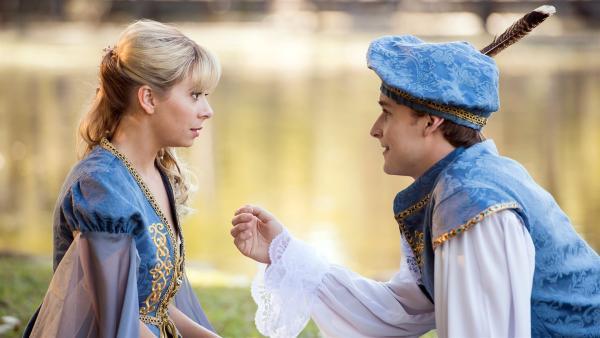 Peter (Jamie Carter rechts) steht unter dem Bann eines Zaubers. Er glaubt, er sei der echte Romeo und Fee Lily (Mia Milnes links) seine Julia. Lily fühlt sich geschmeichelt. | Rechte: ZDF/Jonathan M. Shiff Productions/Screen Queensland