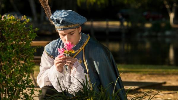 Peter (Jamie Carter) glaubt weiterhin, er sei der echte Romeo. Er möchte seiner Julia eine Blume überreichen. | Rechte: ZDF/Jonathan M. Shiff Productions/Screen Queensland