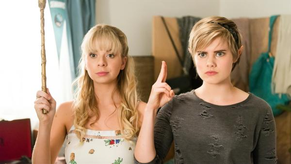 Fee Lily (Mia Milnes links) und Elfe Imogen (Elizabeth Cullen rechts) wenden einen Vergessens-Zauber bei Peter an. Er soll sich nicht daran erinnern, die beiden in ihrer magischen Gestalt gesehen zu haben. | Rechte: ZDF/Jonathan M. Shiff Productions/Screen Queensland