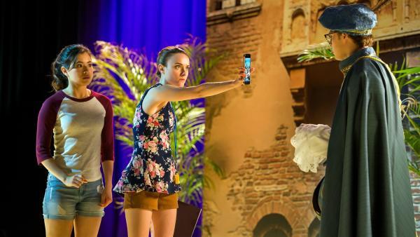 Peter (Jamie Carter rechts) als Romeo bei den Proben für die Schulaufführung. Er tut sich schwer mit seiner Rolle, sehr zum Missfallen von Regisseurin Mathilda (Arnijka Larcombe-Weate Mitte), die nicht versteht, warum Peter einmal perfekt die Partie des Romeo spielt und dann wieder nicht. Kyra (Kimie Tsukakoshi links) darf das Geheimnis nicht lüften. | Rechte: ZDF/Jonathan M. Shiff Productions/Screen Queensland