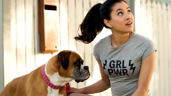 Hund Doris, mit dem Kyra (Kimie Tsukakoshi) kommunizieren kann, soll mithelfen, den in einen Hund verzauberten Postboten wiederzufinden. | Rechte: ZDF/Jonathan M. Shiff Productions/Screen Queensland