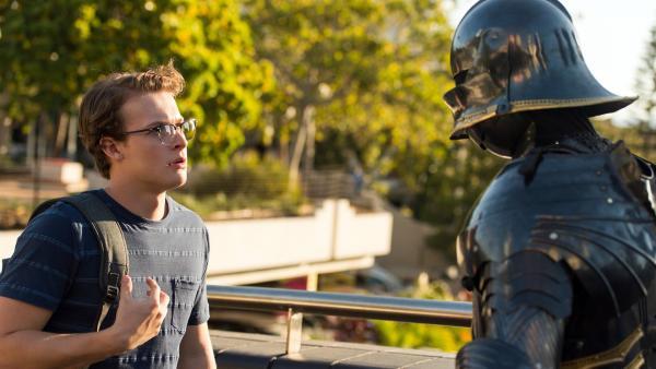 Peter (Jamie Carter links) trifft in der Stadt auf eine leere Rüstung, die polternd durch die Straßen läuft.  Er glaubt nicht, dass dies nur ein Werbegag ist. Für ihn ist hier Magie im Spiel. | Rechte: ZDF/Jonathan M. Shiff Productions/Screen Queensland