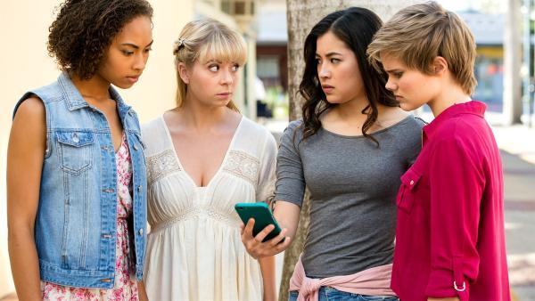 Ruksy ( Rainbow Wedell von links), Lily (Mia Milnes) , Kyra (Kimie Tsukakoshi) und Imogen (Elizabeth Cullen) versuchen herauszufinden, wo sich die umherziehende Rüstung gerade aufhält, um sie wieder einzufangen. | Rechte: ZDF/Jonathan M. Shiff Productions/Screen Queensland