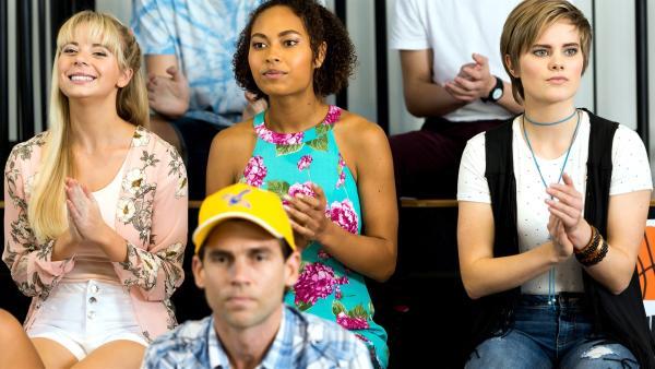 Lily (Mia Milnes von links), Ruksy (Rainbow Wedell) und Imogen (Elizabeth Cullen) als Zuschauer beim Basketballspiel. Sie feuern Kyras Mannschaft an.   Rechte: ZDF/Jonathan M. Shiff Productions/Screen Queensland