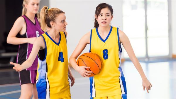 Mathilda (Arnjika Larcombe-Weate links) und Kyra (Kimie Tsukakoshi rechts) sind enttäuscht. Es sieht aus, als würden sie dieses Basketballspiel verlieren.   Rechte: ZDF/Jonathan M. Shiff Productions/Screen Queensland