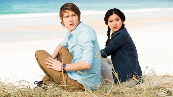 Darra (Julian Cullen links) und Kyra (Kimie Tsukakoshi rechts) haben ein magisches Portal passiert und sind an einem unbekannten Strand gelandet.  Doch nun ist das Portal verschwunden und ihnen der Rückweg versperrt. | Rechte: ZDF/Jonathan M. Shiff Productions/Screen Queensland