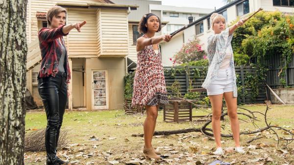 Imogen (Elizabeth Cullen von links), Ruksy (Rainbow Wedell) und Lily (Mia Milnes) versuchen mit Hilfe ihrer magischen Kräfte das Portal wieder aufzubauen, durch das Kyra und Darra verschwunden sind.   Rechte: ZDF/Jonathan M. Shiff Productions/Screen Queensland