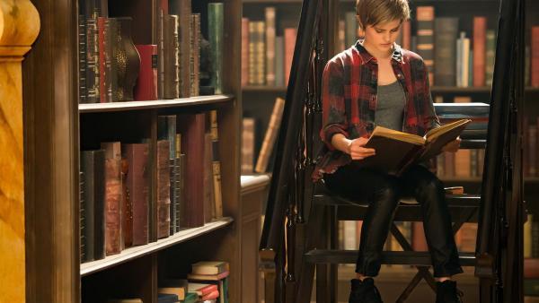 Imogen (Elizabeth Cullen) sucht in den Büchern der Bibliothek nach Hinweisen auf das magische Portal, durch das ihr Bruder Darra und Kyra verschwunden sind.   Rechte: ZDF/Jonathan M. Shiff Productions/Screen Queensland