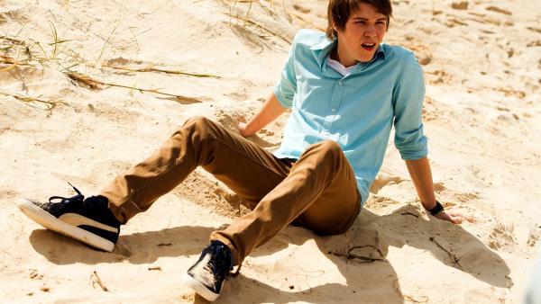 Darra (Julian Cullen) ist an einem unbekannten Strand gelandet, nachdem er ein magisches Portal passiert hat. | Rechte: ZDF/Jonathan M. Shiff Productions/Screen Queensland