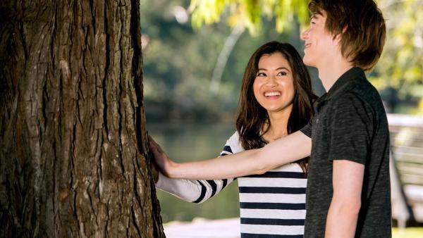 Kyra (Kimie Tsukakoshi links) und Darra (Julian Cullen rechts) suchen nach einem magischen Baum, der überraschende Dinge tut. | Rechte: ZDF/Jonathan M. Shiff Productions/Screen Queensland