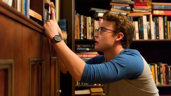 Versteckt hinter einem Regal filmt Peter (Jamie Carter) mit seinem Handy, wie Maxwell scheinbar mühelos durch eine feste Wand im hinteren Bereich des Buchladens geht. | Rechte: ZDF/Jonathan M. Shiff Productions/Screen Queensland
