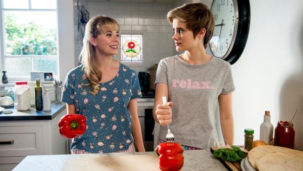 Lily (Mia Milnes, links) und Imogen (Elizabeth Cullen, rechts) sind von Kyra zu einer Pyjama-Party eingeladen worden. Gemeinsam bereiten sie das Abendessen zu. | Rechte: ZDF/Jonathan M. Shiff Productions/Screen Queensland