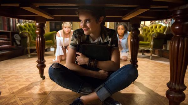 Imogen (Elizabeth Cullen, Mitte) ist von einer Kicher-Blume verzaubert worden und benimmt sich seither wie eine Fünfjährige. Lily (Mia Milnes, links) und Ruksy (Rainbow Wedell, rechts) reden ihr gut zu, wieder unter dem Tisch hervorzukommen. | Rechte: ZDF/Jonathan M. Shiff Productions/Screen Queensland