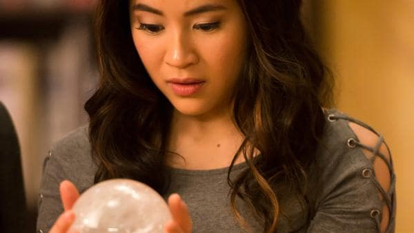Kyra (Kimie Tsukakoshi) hat aus einem alten Lehrbuch für Magie eine magische Kugel hervorgezaubert, die dort für lange Zeit versteckt war. Der sogenannte Orb soll enorme magische Kräfte besitzen.   Rechte: ZDF/Jonathan M. Shiff Productions/Screen Queensland