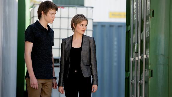 Darra (Julian Cullen, links) und Imogen (Elizabeth Cullen, rechts) sind mit Orla zu einem Ort gerufen worden, an dem magische Kräfte verrückt spielen sollen.   Rechte: ZDF/Jonathan M. Shiff Productions/Screen Queensland