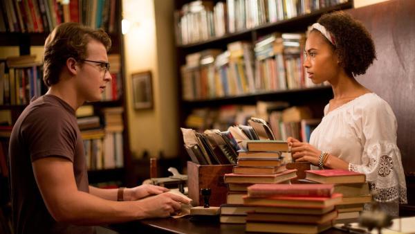 Peter (Jamie Carter, links) fragt Ruksy (Rainbow Wedell, rechts), die im Buchladen von Professor Maxwell aushilft, ob sie sich wieder einmal treffen können. Doch Ruksy ist unschlüssig, schließlich ist sie eine Fee und Peter ein Mensch.   Rechte: ZDF/Jonathan M. Shiff Productions/Screen Queensland