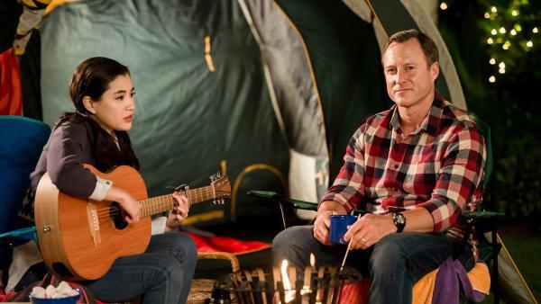 Kyra (Kimie Tsukakoshi, links) und ihr Vater Steve (Steve Nation, rechts) zelten in ihrem Vorgarten, nachdem es mit einem größeren Camping-Ausflug nicht geklappt hat. | Rechte: ZDF/Jonathan M. Shiff Productions/Screen Queensland
