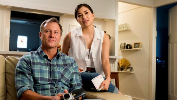 Kyra (Kimie Tsukakoshi, rechts) und ihr Vater Steve (Steve Nation, links) schauen sich alte Videos an, auf denen Kyras verstorbene Mutter zu sehen ist.   Rechte: ZDF/Jonathan M. Shiff Productions/Screen Queensland
