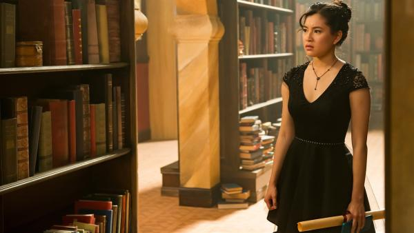 Kyra (Kimie Tsukakoshi) hat einen Preis für ihren besonderen Einsatz für die magische Welt erhalten. Als sie jedoch mitbekommt, wie hinter ihrem Rücken über sie gesprochen wird, ist sie entsetzt.   Rechte: ZDF/Jonathan M. Shiff Productions/Screen Queensland