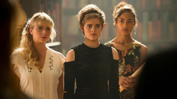 Lily (Mia Milnes, von links), Imogen (Elizabeth, Cullen, Mitte) und Ruksy (Rainbow Wedell, rechts) setzen sich für Kyra ein. Sie wollen die Erwachsenen davon überzeugen, dass Kyra trotz ihrer besonderen magischen Kräfte nicht gefährlich ist. | Rechte: ZDF/Jonathan M. Shiff Productions/Screen Queensland
