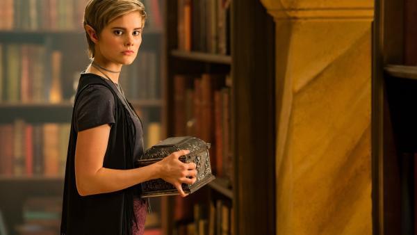 Imogen (Elizabeth Cullen) hat die Schatulle mit dem Orb in der Bibliothek der Magie entdeckt. Sie weiß, welche enormen Kräfte die magische Kugel besitzt. | Rechte: ZDF/Jonathan M. Shiff Productions/Screen Queensland