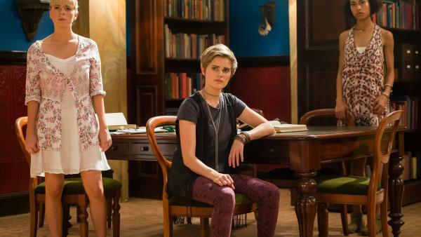 Lily (Mia Milnes, links), Imogen (Elizabeth Cullen, Minks) und Ruksy (Rainbow Wedell, rechts) beraten in der Bibliothek darüber, wie sie Kyra helfen können. | Rechte: ZDF/Jonathan M. Shiff Productions/Screen Queensland