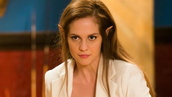 Orla (Melanie Zanetti) stiehlt die Schatulle mit dem Orb aus der Bibliothek. Sie möchte die Kräfte des Orbs dazu nutzen, Macht über die Menschen zu erlangen.   Rechte: ZDF/Jonathan M. Shiff Productions/Screen Queensland