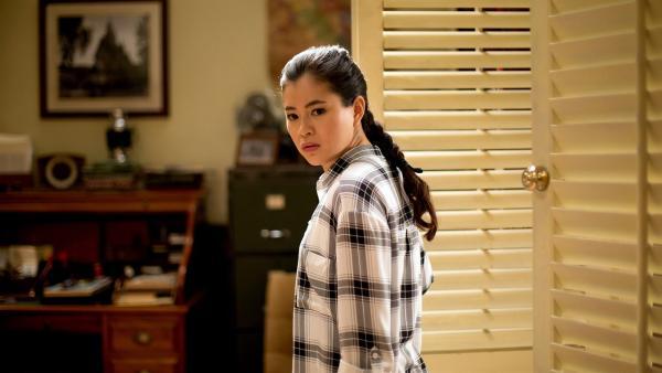 Kyra (Kimie Tsukakoshi) blickt sich im Buchladen von Maxwell um. Langsam erinnert sie sich daran, dass sie schon einmal hier war.   Rechte: ZDF/Jonathan M. Shiff Productions/Screen Queensland