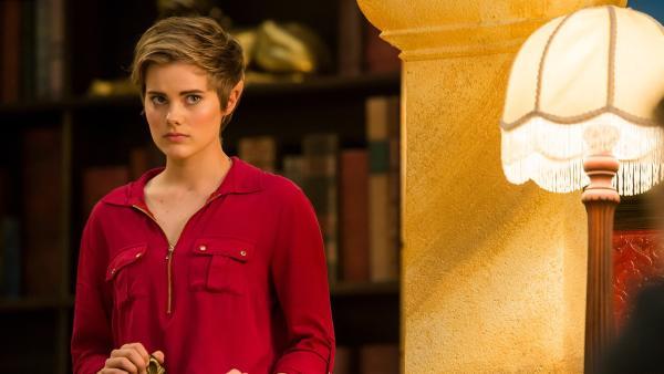 Imogen (Elizabeth Cullen) denkt darüber nach, wie sie Kyra helfen könnte.  Am Tag zuvor hat Elfe Orla Kyra die magischen Kräfte und jede Erinnerung an die magische Welt entzogen.   Rechte: ZDF/Jonathan M. Shiff Productions/Screen Queensland