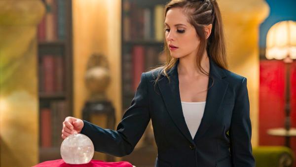 Orla (Melanie Zanetti) hat den Orb gestohlen, um mit dessen Kräften das Gleichgewicht zwischen Menschen und magischen Wesen zu verändern. Von nun an sollen Elfen und Feen Macht über die Menschen haben. | Rechte: ZDF/Jonathan M. Shiff Productions/Screen Queensland