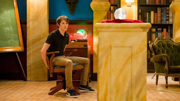 Darra (Julian Cullen) ist von Orla an einen Stuhl gefesselt worden. Sie will verhindern, dass er ihr den Orb wegnimmt. Mit Hilfe dieser magischen Kugel will sie Macht über die Menschen erlangen. | Rechte: ZDF/Jonathan M. Shiff Productions/Screen Queensland