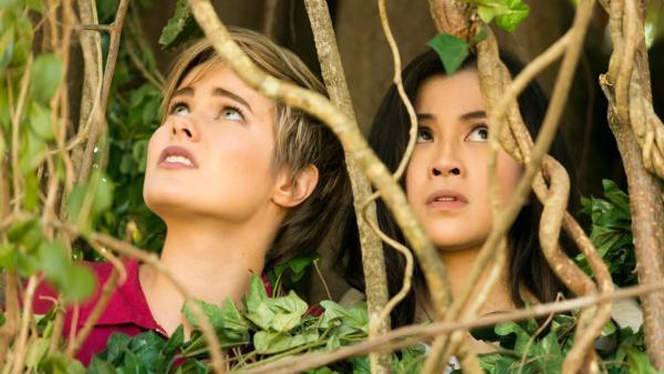 Imogen und Kyra in einem Gebüsch | Rechte:  © 2018 JONATHAN M. SHIFF PRODUCTIONS PTY. LTD.,