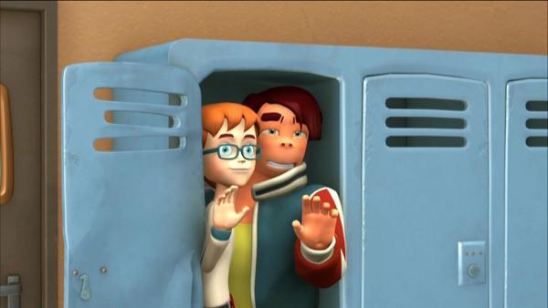 Robbie und Scott verstecken sich im Schulspint | Rechte: KiKA/HR/Taffy Productions LLC