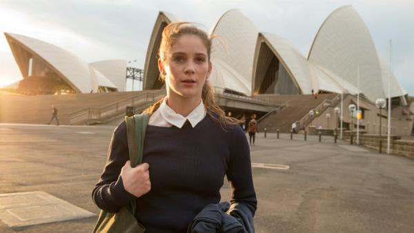 Tara (Xenia Goodwin) ist frustriert, weil sie aufgrund einer Rückenverletzung nicht mehr tanzen kann. In der Oper von Sydney steht sie nicht mehr als Tänzerin auf der Bühne, sondern sie bedient die Zuschauer in der Pause mit Häppchen und Sekt.   Rechte: ZDF/Simon Cardwell/Werner Film Holding Pty. Ltd.