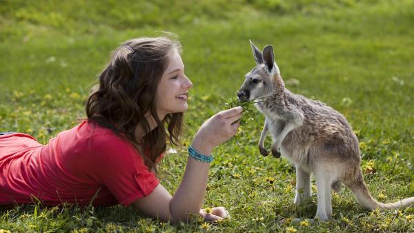 Tara (Xenia Goodwin) verabschiedet sich von einem kleinen Freund in ihrer Heimat, dem australischen Outback. | Rechte: ZDF/Steve Brack