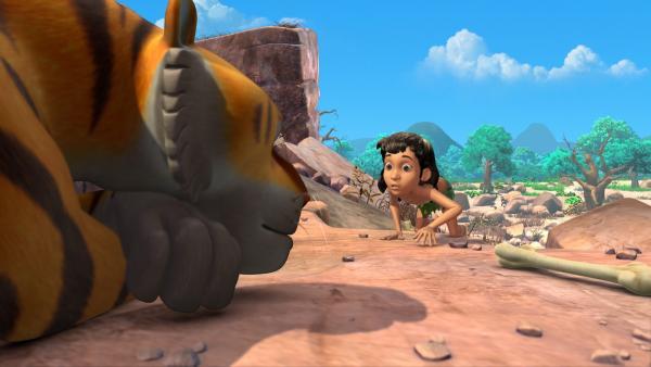 Leise schleicht sich Mogli an Shir Khan an. Er will dem gefährlichen Tiger ein Schnurrhaar ausreißen. | Rechte: ZDF/DQ Entertainment
