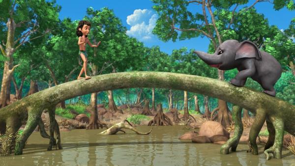 Rudi (re.), der Cousin von Appu und Hita, hat sich im Sumpf verlaufen. Mogli (li.) versucht, mit ihm einen Weg aus dem schlammigen Gebiet zu finden ohne dabei einzusinken. | Rechte: ZDF/DQ Entertainment