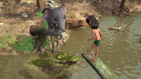 Jakala (Mi.), das Krokodil, hat Mogli (re.) und dem kleinen Elefanten Rudi (li.) den Weg über den Baumstamm abgeschnitten. Jakala hat Hunger auf die Beiden. | Rechte: ZDF/DQ Entertainment